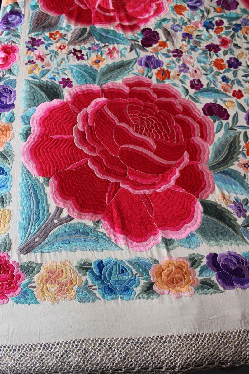 Mantón de Manila blanco con rosas rojas