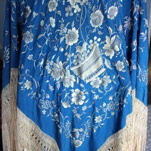 Mantón Azul con bordados blancos