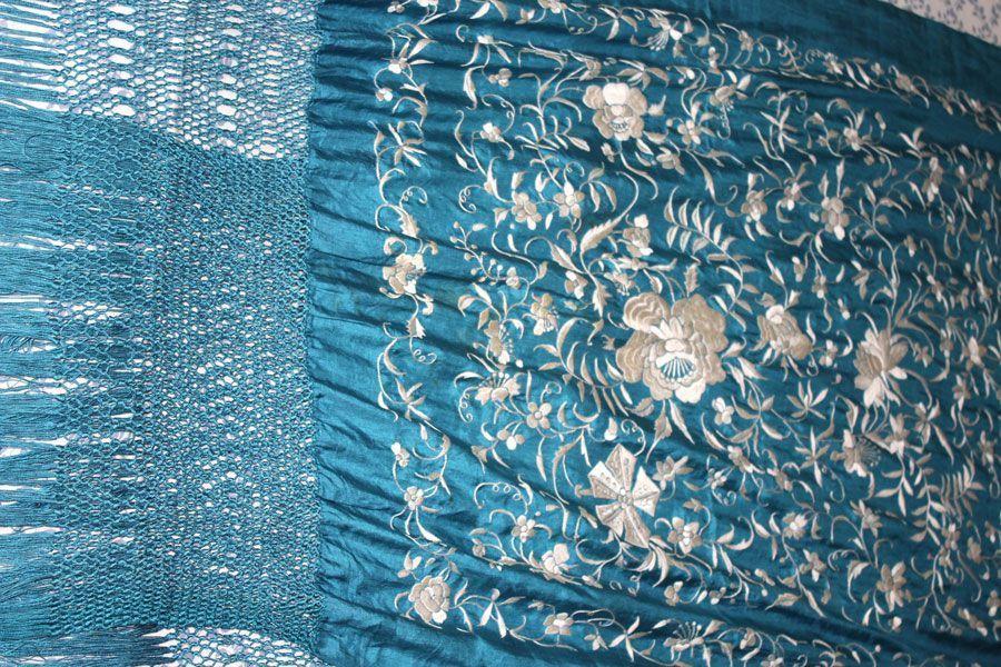 Mantón de manila azul