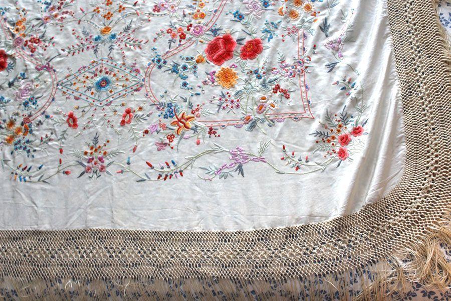 Mantón de manila beige anacarado