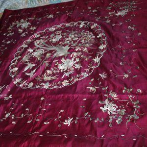 Tapete antiguo en seda color púrpura